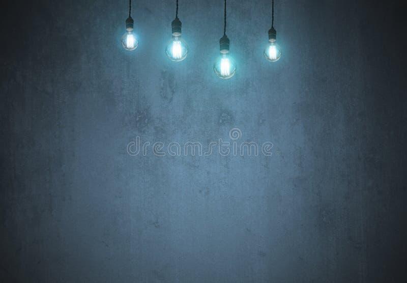 Ampola do tungstênio na parede azul vazia imagens de stock royalty free