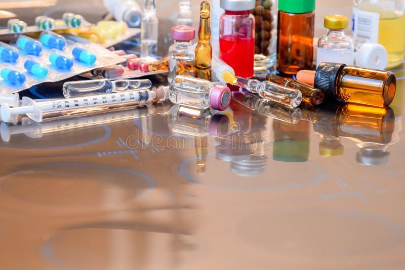 Ampola dos tubos de ensaio da medicina, comprimido da medicina e seringa de vidro da cápsula no filme de raio X sobre a tabela do fotografia de stock