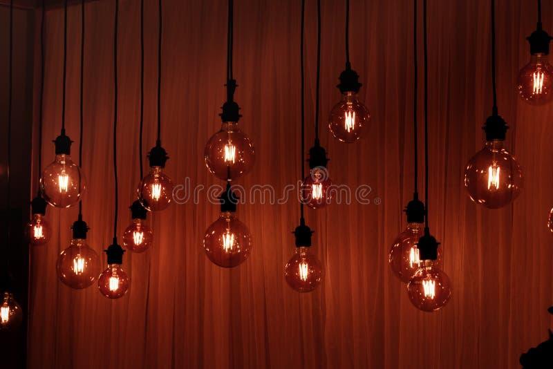 Ampola em um fundo escuro Espaço para sua tarefa ou mensagem Garland Light Bulb foto de stock