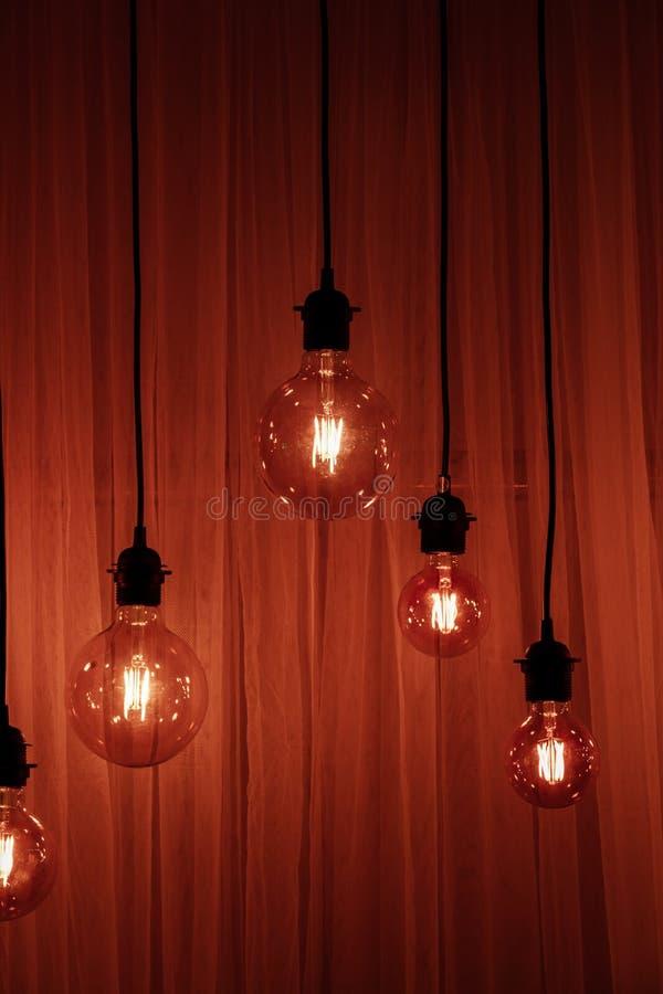 Ampola em um fundo escuro Espaço para sua tarefa ou mensagem Garland Light Bulb fotografia de stock