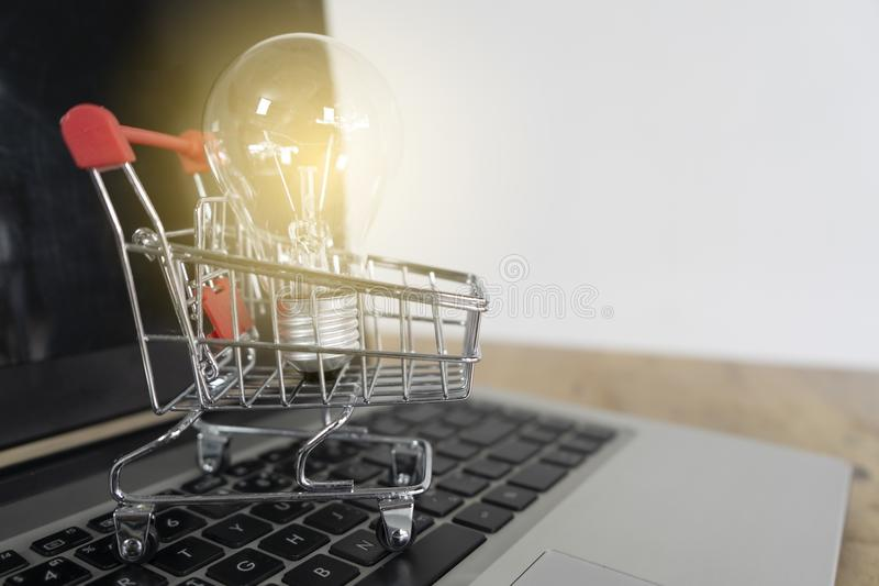 Ampola em um trole em um teclado do portátil As ideias sobre a compra em linha das boas ideias, compra em linha são um formulário fotos de stock