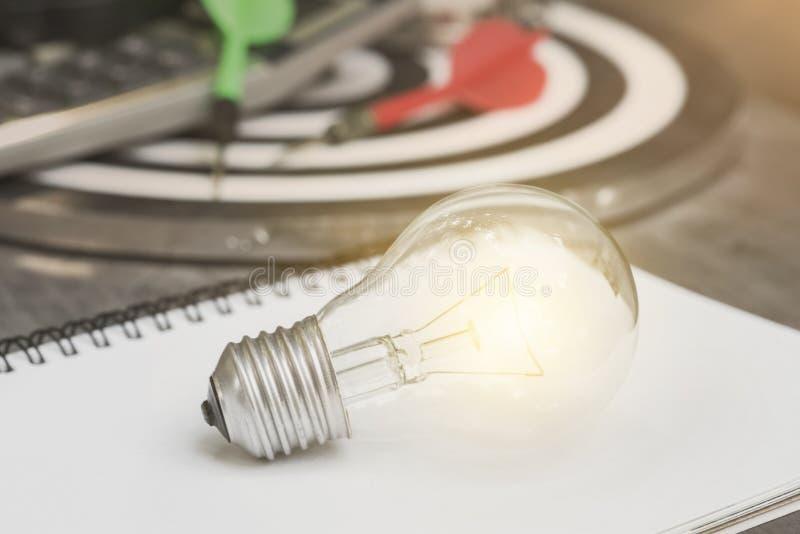 Ampola no livro de papel conceito para ideias novas com inovação imagens de stock royalty free