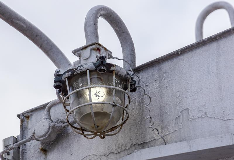 Ampola para a pesca, lâmpada da pesca no barco de pesca fotos de stock royalty free