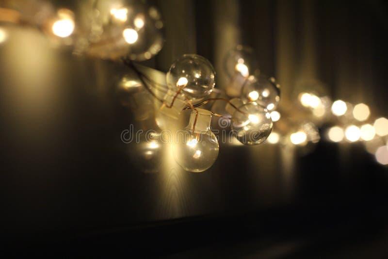 Ampolas douradas no fundo escuro da noite Luzes da cidade Fundo abstrato macio de Bokeh Bokeh - imagem foto de stock