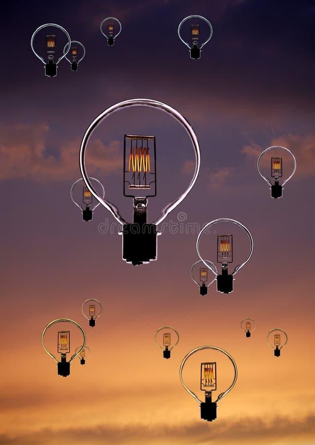 Ampolas elétricas que flutuam no céu crepuscular foto de stock royalty free