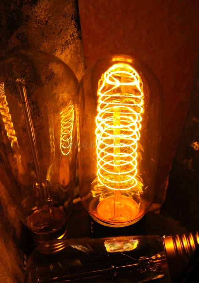 Ampolas incandescentes clássicas Cobbled de Edison com fios de incandescência visíveis na noite imagens de stock royalty free