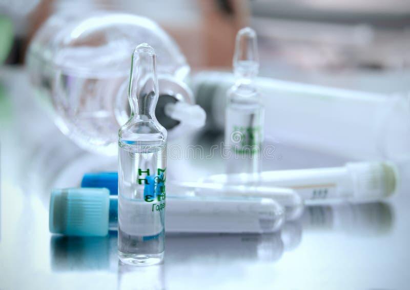 Ampolla contro i tubi ed altri oggetti medici immagini stock