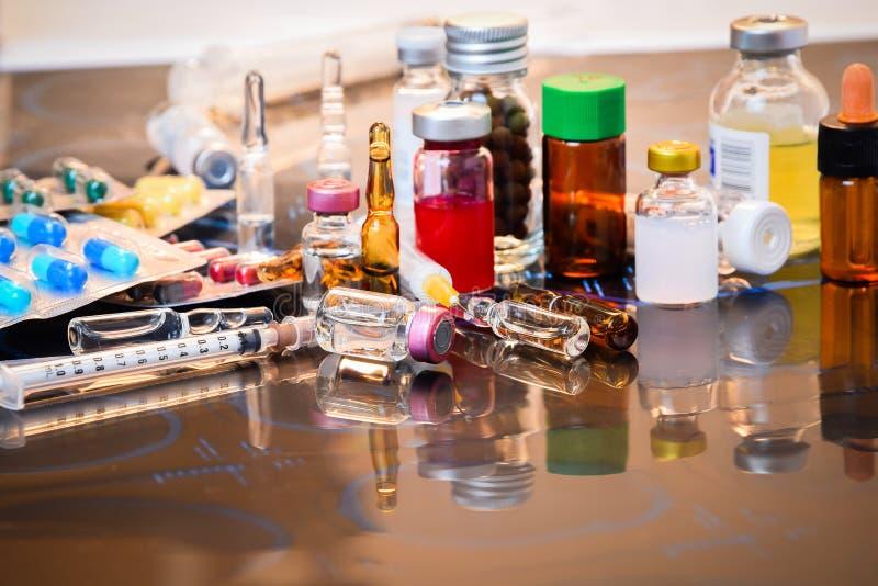 Ampolla delle fiale della medicina, pillola della medicina e siringa di vetro della capsula sulla lastra radioscopica sopra la ta fotografia stock