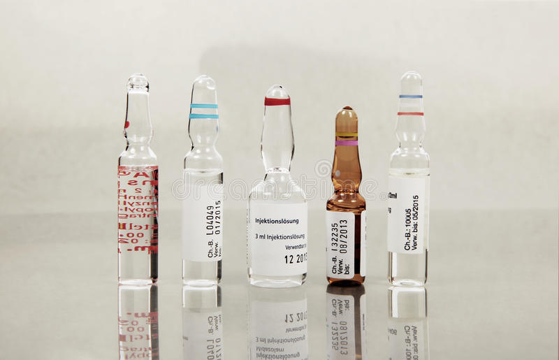 Ampolle con il vario vaccino fotografia stock libera da diritti