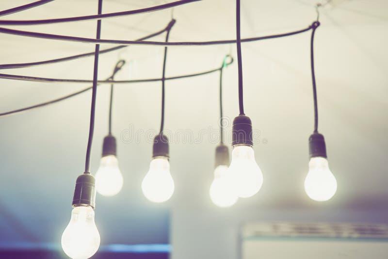 Ampoule accrochant sur le plafond du restaurant La décoration indique le concept de la croissance photographie stock libre de droits