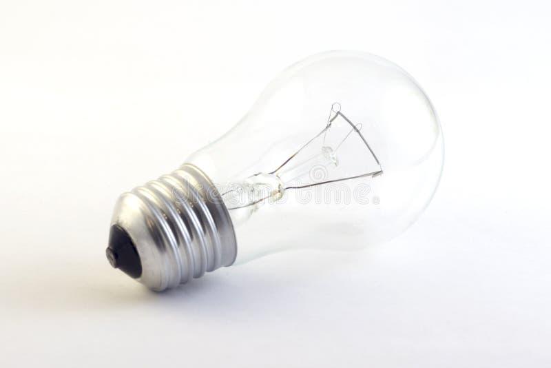 Ampoule allumée incandescente sur le blanc pur images stock