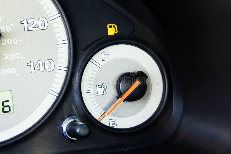 Ampoule d'essence dans le véhicule photographie stock