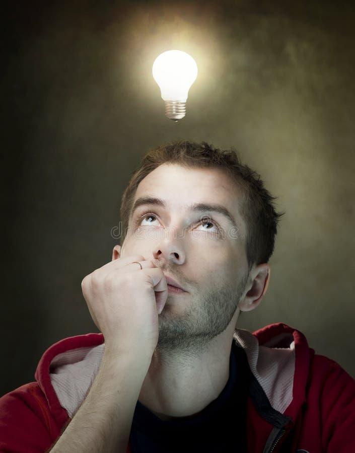 Ampoule d'idée au-dessus de la tête de l'homme photos libres de droits