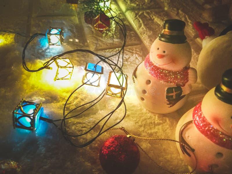 Ampoule de bonhomme de neige et d'ornement à la nuit silencieuse, à la nuit sainte, au Joyeux Noël et à la bonne année photographie stock libre de droits