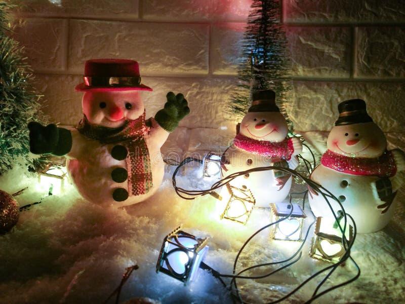 Ampoule de bonhomme de neige et d'ornement à la nuit silencieuse, à la nuit sainte, au Joyeux Noël et à la bonne année images stock