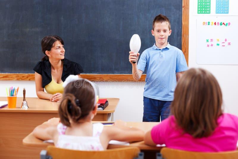 Ampoule de fixation d'écolier devant la classe photo libre de droits