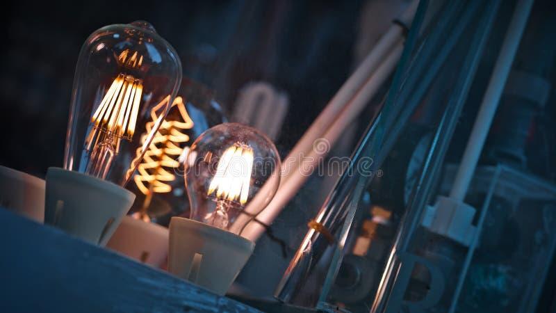 Ampoule de scintillement dans la tasse photographie stock