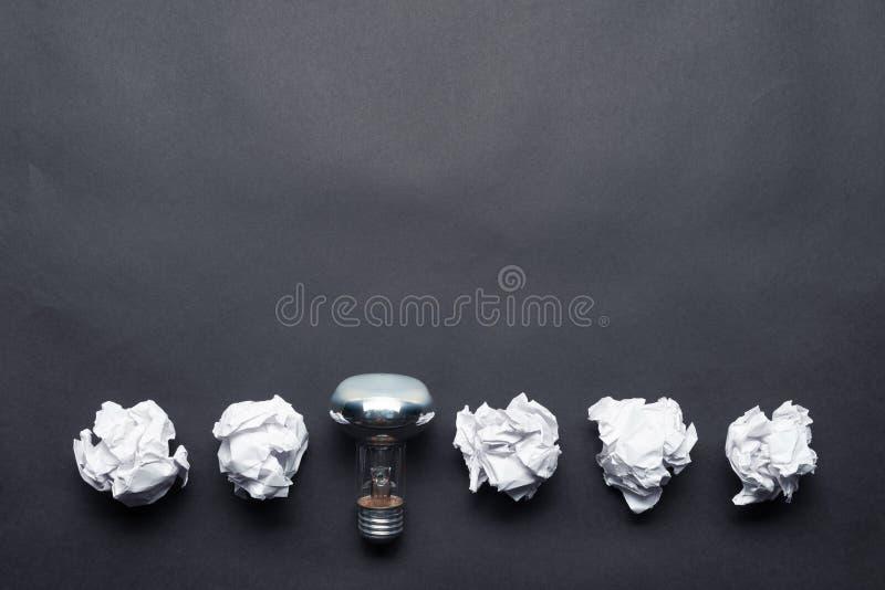 Ampoule et boules chiffonnées de livre blanc photo libre de droits