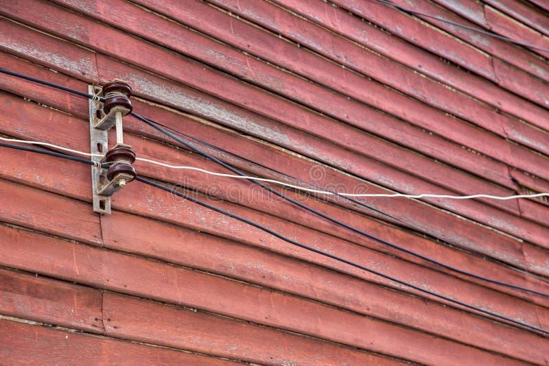 Ampoule et ligne électriques sur le cru en bois de mur photos libres de droits