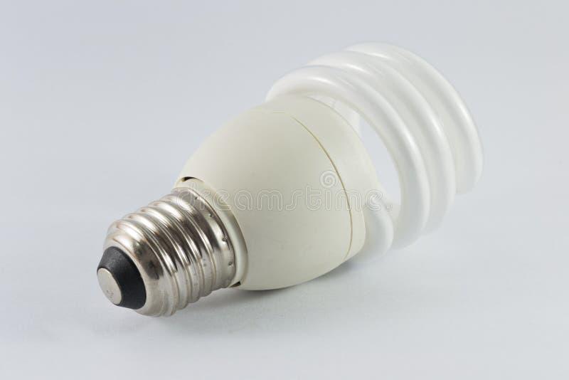 Ampoule fluorescente économiseuse d'énergie sur le bakground blanc images stock