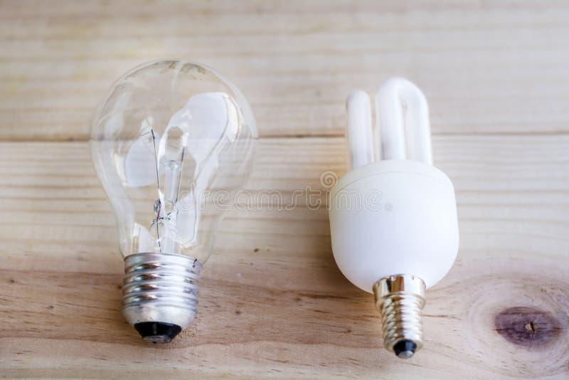 Ampoule incandescente et économiseuse d'énergie régulière image libre de droits