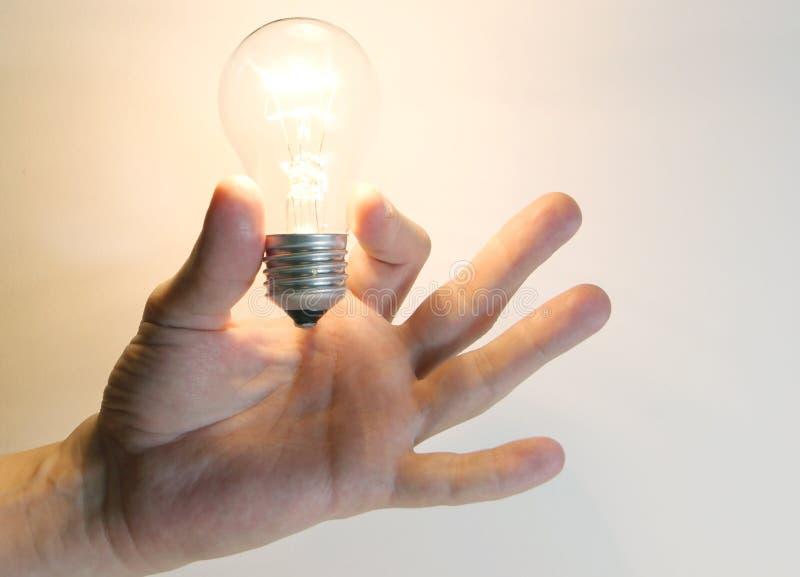 Ampoule instantané de lampe d'éclairage dans la main humaine photographie stock libre de droits