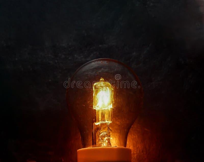 Ampoule rougeoyante d'isolement à un fond noir photos libres de droits