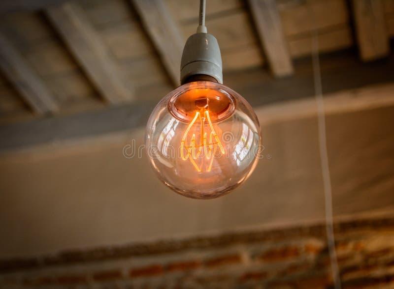 Ampoule solitaire colorée chaude photo libre de droits