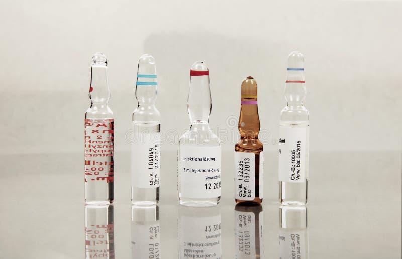 Ampoules avec le divers vaccin photo libre de droits