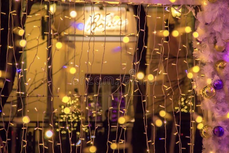 Ampoules colorées dans le tunnel léger Décorations de rue de Noël images stock