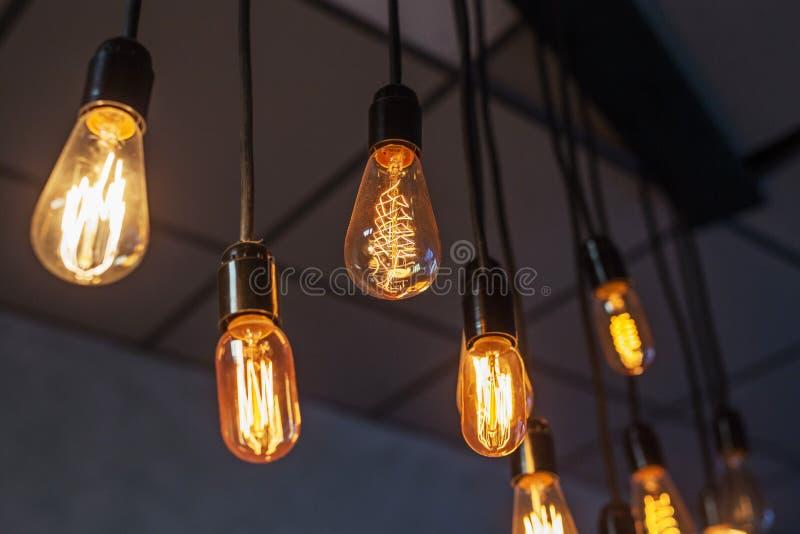 Ampoules décoratives de style edison antique avec fond de mur en briques images stock