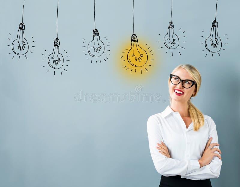 Ampoules d'idée avec la jeune femme photos stock