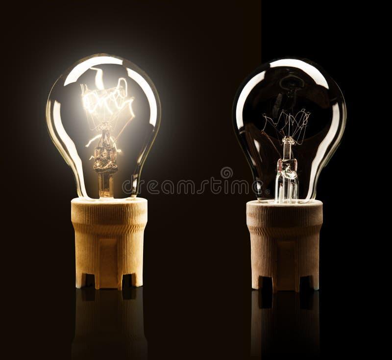 Ampoules d'isolement sur le fond noir photo stock