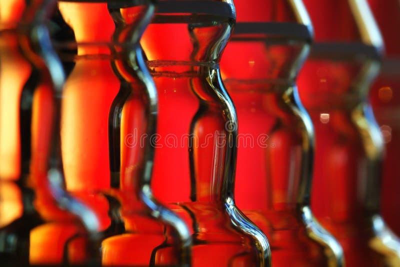 Ampoules de médecine dans la chaîne de montage photo stock