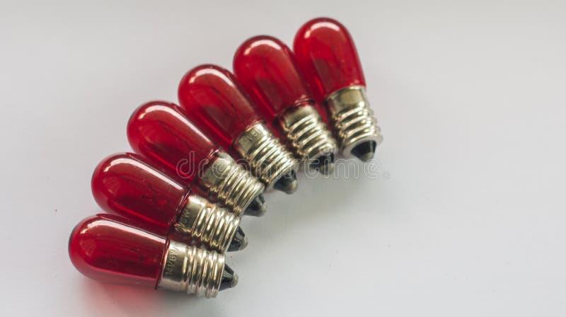 Ampoules rouges de vintage sur le fond blanc photos stock