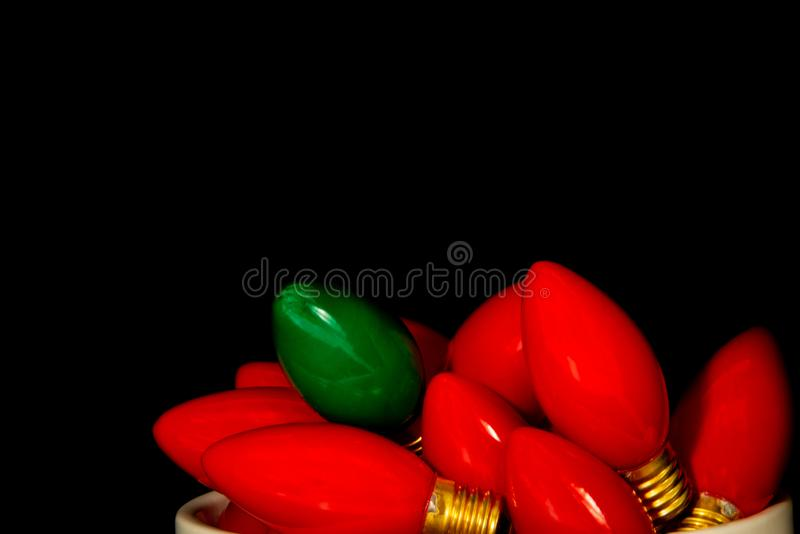Ampoules rouges une de Noël de cru vertes image stock