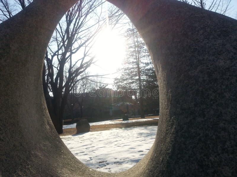 Ampuła kamień z dziurą umieszczającą w ogródzie zdjęcie stock
