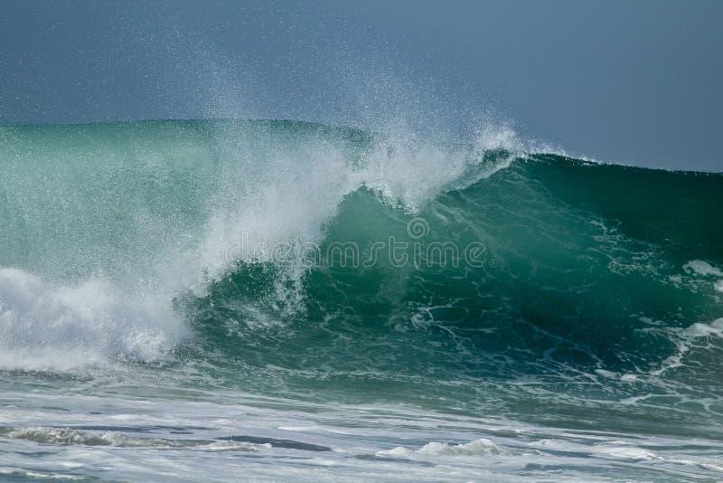Ampuła macha rozbijać w oceanie obrazy stock