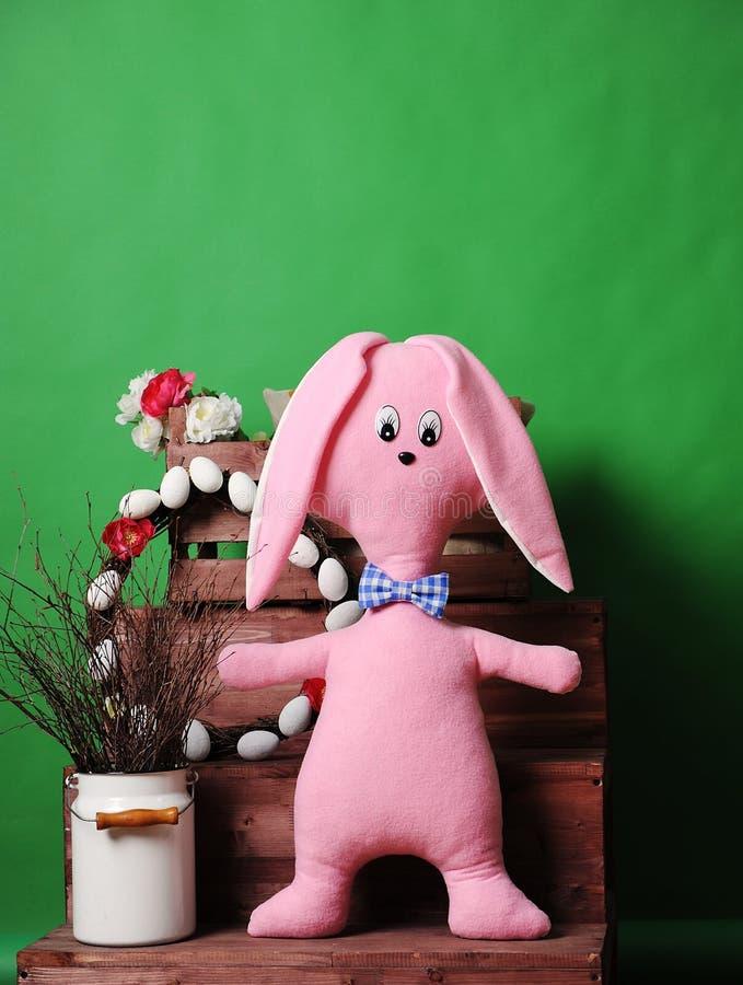 Ampuła różowi miękkiego królika w szkocka krata łęku krawacie z Wielkanocną dekoracją obrazy stock