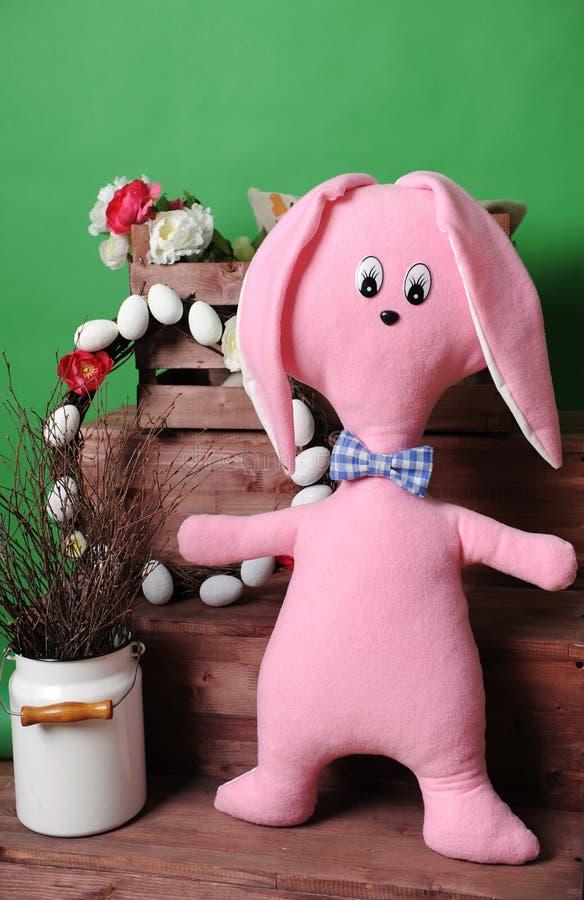 Ampuła różowi miękkiego królika w szkocka krata łęku krawacie z Wielkanocną dekoracją fotografia royalty free