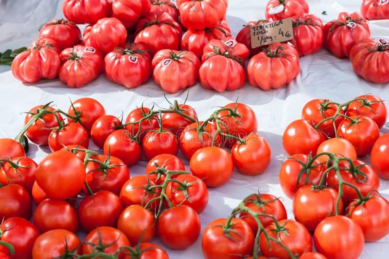 Ampuła różowi pomidoru tomatiga Rosa i winogradów pomidory dla sprzedaży w kramu Sineu rynek, Majorca obraz stock