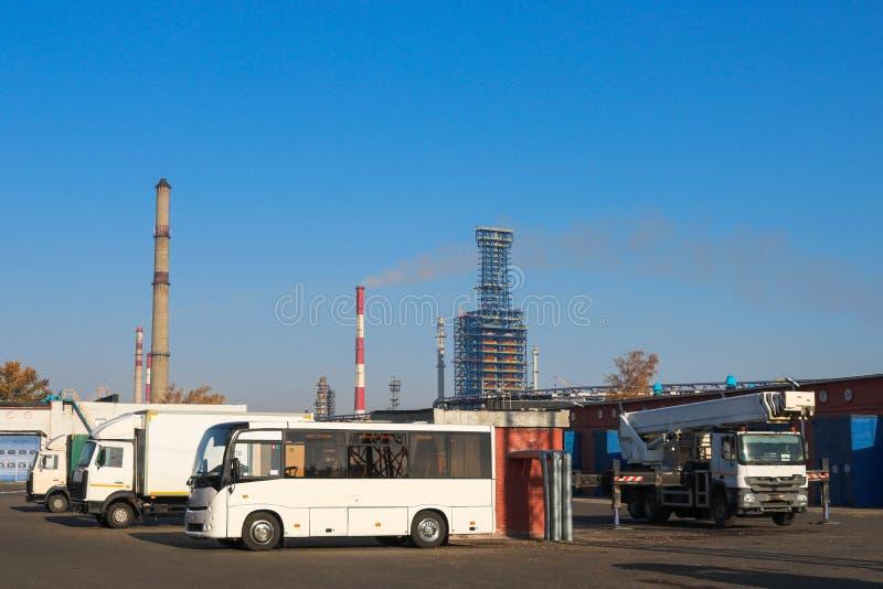 Ampuła soku otwarta ciężarówka przewozi samochodem, ciągniki, ciężarówki, autobusy, żurawie przy przemysłową rośliną, transportu  zdjęcia stock