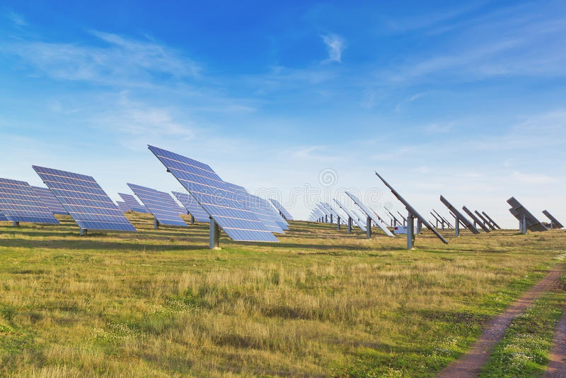 Ampuła stacjonuje panel słoneczny alternatywną energię. zdjęcie royalty free