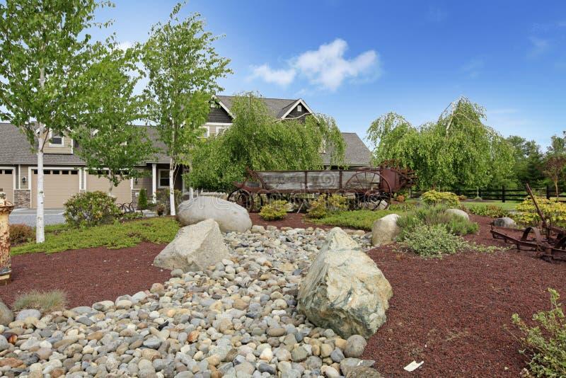 Ampuła uprawia ziemię dom na wsi z pięknym wiosna krajobrazem. obrazy stock