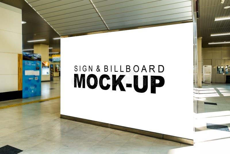 Ampuła wyśmiewa w górę signboard lub billboardu przy dworca terenem obrazy stock