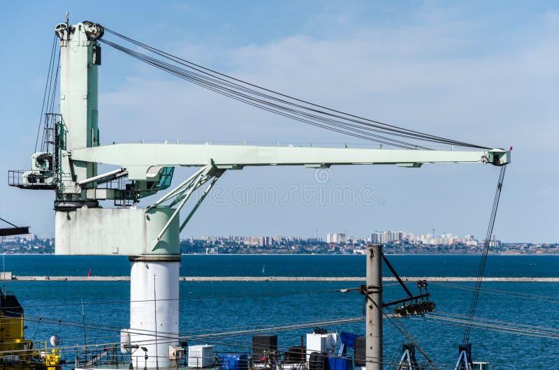 Ampuła zaświeca żurawia przeciw tłu port morski zdjęcie stock