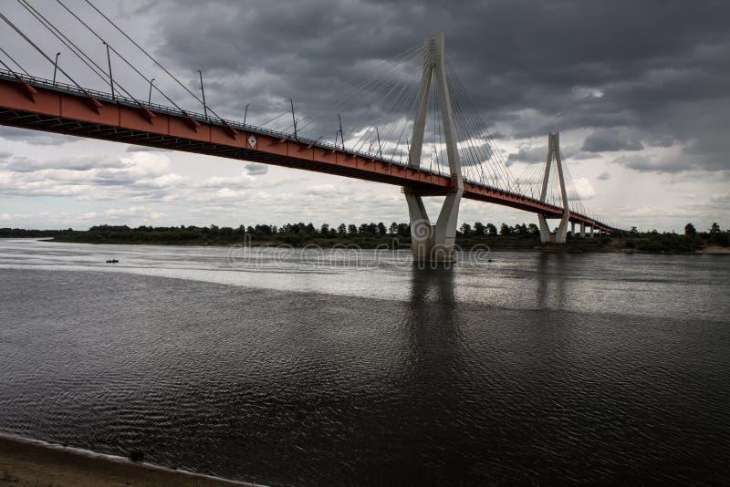 Ampuła zostawał bridżową nad Oko rzeką w Mur, Rosja obraz stock