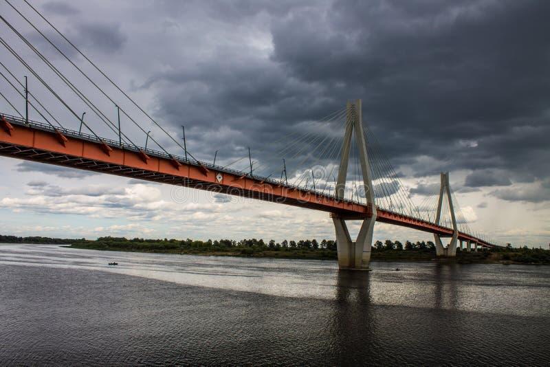 Ampuła zostawał bridżową nad Oko rzeką w Mur, Rosja fotografia royalty free