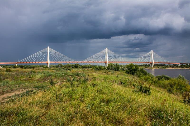 Ampuła zostawał bridżową nad Oko rzeką w Mur, Rosja fotografia stock