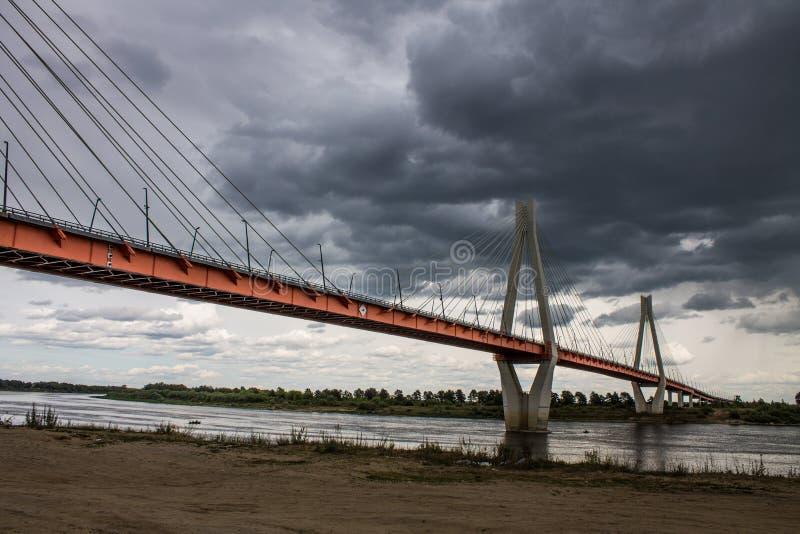 Ampuła zostawał bridżową nad Oko rzeką w Mur, Rosja obrazy stock
